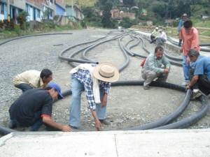 Foto, Maria Eugenia Moreno, COMITE DE ACUEDUCTO LA HONDA.mangueras donadas al barrio la honda. 2007.archivo jac la cruz