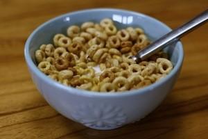 Un estudio reciente de una caja de cereal de desayuno encontró que comer una porción de 100 genera el equivalente a 264 gramos de CO2. Añade leche para el cereal y las emisiones aumentan de dos a cuatro veces.