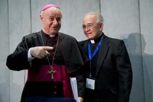 Jesús Delgado junto al obispo del Vaticano Vincenzo Plagia, durante los preparativos para el evento de canonización de monseñor Romero.