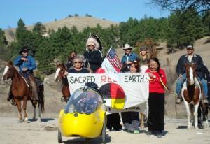 Foto de Talli Nauman. En Dakota del Sur, la activista Daryl Hannah se unió al defensor de energía limpia Tom Weiss en un viaje a caballo mientras indígenas los escoltaron a través de la Reservación Indígena Pine Ridge en su bicicleta Ride for Renewables, la cual cubrió el paso completo del oleoducto.