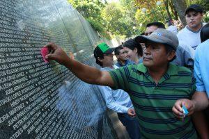familiares de victimas de guerra colocan flores en el monumento que tiene los nombres de 75 mil víctimas de la guerra