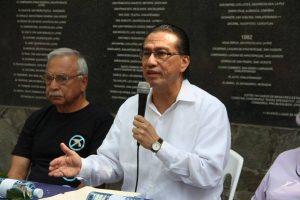 Procurador de Derechos Humanos, David Morales en el monumento a las víctimas